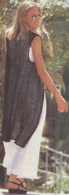 Вязание крючком.  Длинный жилет связанный филейной техникой.